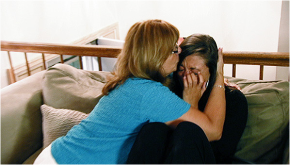 Sammi's mom hold her in her arms as Sammi cries over her recent fight with her boyfriend.